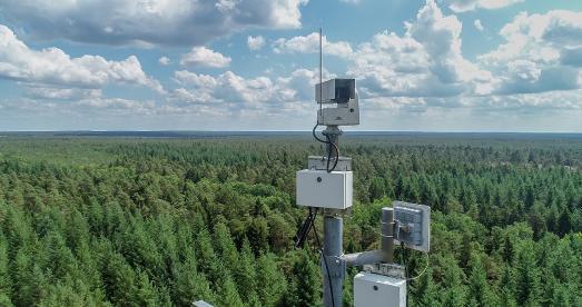 Eine der 20 an Funkmasten installierten Kameras des Automatischen Waldbrandfrüherkennungssytsems (AWFS), Foto: NLF