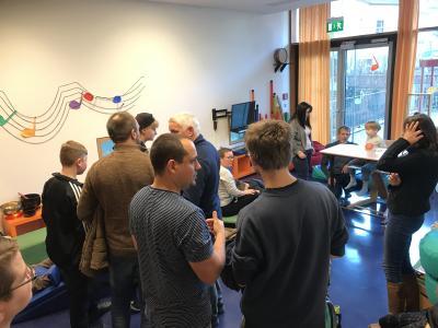 Im Musikraum Pädagogen u. Therapeuten zeigen u. erläutern das Konzept Bewegter Engel Landenberger Förderzentrum