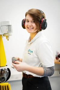 Nach einem Praktikum bei Brillinger Orthopädie entschied sich Lisa Hammes für eine Ausbildung zur Orthopädieschuhtechnik-Mechanikerin, Copyright: Brillinger Orthopädie