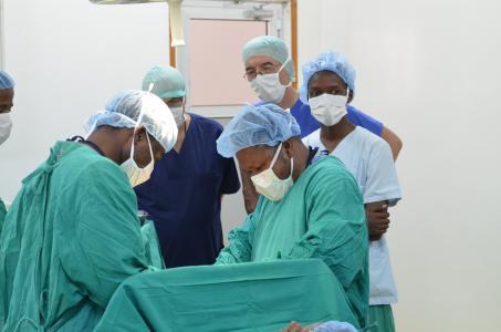 Dr. Thomas Tischler bei einem gynäkologischen Eingriff am Faraja Hospital in Himo