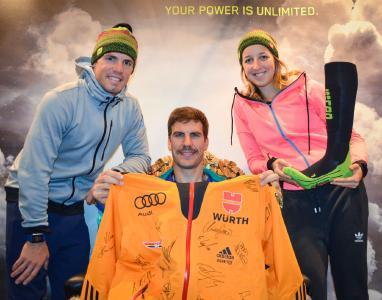 Simon Schempp, Arnd Pfeiffer und Franziska Preuß gehörten zu den Skistars, die eine DSV-Winterjacke signierten. Diese verloste medi über Facebook unter Wintersportfans