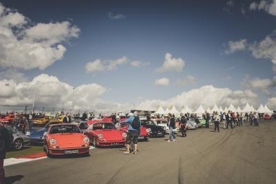Zahlreiche Gäste des AvD-Oldtimer-Grand-Prix informierten sich am Pirelli Stand über Reifen für ihre klassischen Porsche Modelle. An vielen der ausgestellten Sportwagen waren Pirelli P 6000 montiert / Copyright: @amyshorephotography
