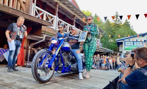 Mitten im Bayerischen Wald hat Deutschlands renommiertester Harley-Künstler sein Atelier. Er macht aus den Motorrädern der amerikanischen Kultmarke einzigartige Kunstwerke. Foto: obx-news/Freddy Schmid