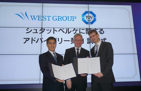 Beratungsvertrag für Stadtwerke Japan unterzeichnet (v.l.n.r.), Toshihisa Nagashima, CFO von West Holdings, Volker Blandow, Global Head of e-Mobility der TÜV SÜD AG, Dr. Andreas Stange, Geschäftsführer von TÜV SÜD Japan