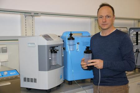 Christoph Bonsmann, Vorstand action medeor, mit zwei Sauerstoffkonzentratoren, wie sie jetzt nach Indien gesendet werden.