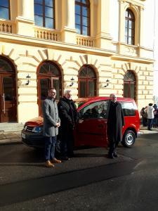 Zur Übergabe des Caddy kamen Jens Römling von der Erzgebirgssparkasse, Rolf-Jürgen Schubert, Chef des Theater-Fördervereins, und Intendant Dr. Ingolf Huhn (Foto: Jonas Engert)