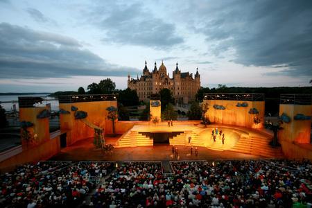 Der kulturelle Höhepunkt des Sommers: die Schlossfestspiele Schwerin. Foto: Mecklenburgisches Staatstheater Schwerin (c) Silke Winkler