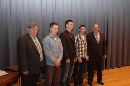 von links: Landesinnungsmeister Kurt Neuscheler, Patrick Kandert (Zweiter), el Feger (Prüfungsbester), Daniel Trautmann (Dritter), Vorsitzender Gesellenprüfungsausschuss Karl Heinz Wöger