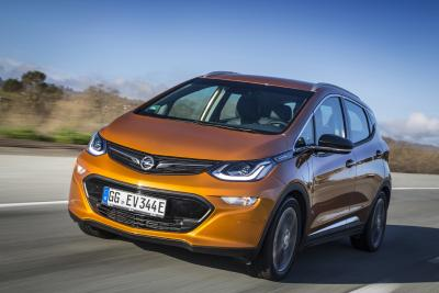 Opel-Jahresrückblick 2017: Pionierleistung: Der revolutionäre Opel Ampera-e ist der erste einer Reihe von Stromern aus Rüsselsheim. Bis 2024 werden alle europäischen Pkw-Baureihen der Marke elektrifiziert sein