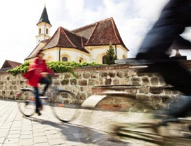 """Eine Fahrradtour weit weg vom Lärm der Welt: der neue Bad Füssinger Kirchenradweg bietet auf 30 km viel Sehenswertes und dazu """"Meditation in Bewegung"""" / Foto: Kur- & GästeService Bad Füssing"""