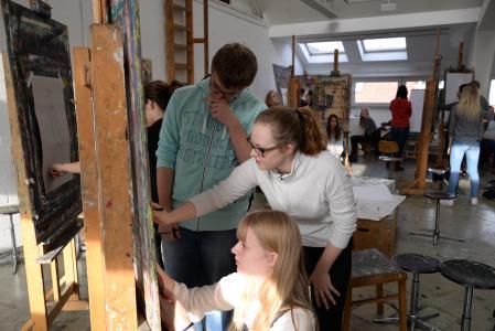 Im Fachgebiet Kunst und Kunstpädagogik können sich Maja Seidel und Michel Siemer beim Zeichnen ausprobieren. Kunststudentin Marie Kaufhold (Mitte) steht mit Rat und Tat zur Seite