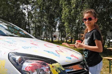 Der Tag der offenen Tür bei Opel in Kaiserslautern war ein Erlebnis für die ganze Familie. Bei der Bemalung von Autos konnten auch die jungen Besucherinnen und Besucher ihrer Kreativität freien Lauf lassen
