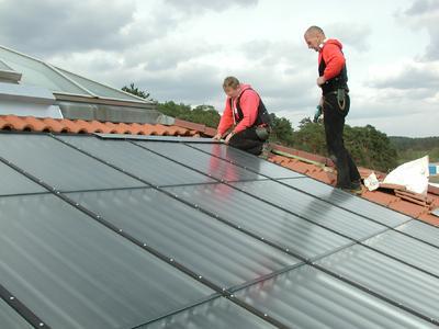 Energiegewinnung an Dach und Fassade: Auch darauf werden angehende Dachdeckerinnen und Dachdecker in der Ausbildung fit gemacht.
