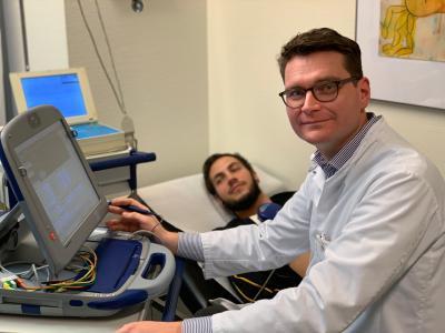 Dr. Carsten Lennerz bei der Untersuchung eines Herzpatienten am Deutschen Herzzentrum München (Foto: DHM/Lennerz)