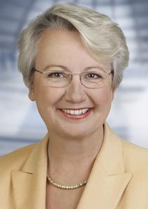 Prof. Dr. Annette Schavan, Bundesministerin für Bildung und Forschung, würdigt in ihrem Grußwort für den Karrieretag Soest den Einsatz von Industrie und Hochschule für den Berufsstart junger Leute..