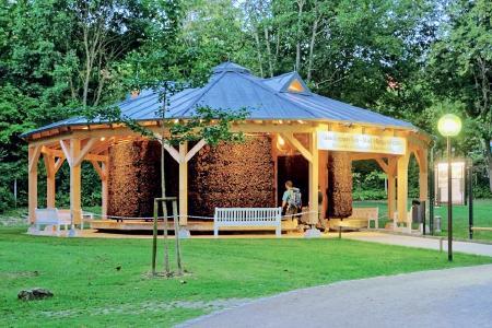 """Eingebettet ist der Gradierpavillon für die """"reinigende Atempause"""" in den Bad Mergentheimer Kurpark, der zu den schönsten Parkanlagen Deutschlands gehört. Foto: Holger Schmitt"""