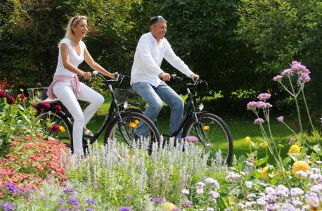 Radfahren und Bad Füssings preisgekrönte Parks mit ihren Millionen Frühlingsblumen  genießen: Bad Füssing im Frühjahr ist eine wohltuende Anti-Stress-Kur für alle Sinne. Foto: obx-news/ Kur- & GästeService Bad Füssing
