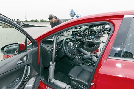 Safety first: Der Astra wurde für den Sprung professionell vorbereitet, mit Kameras bestückt und mit einem Überrollkäfig zum Schutze des Stuntman versehen © GM Company