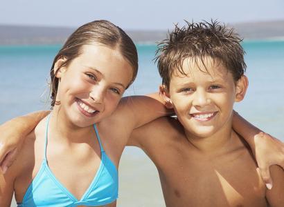 Auf geht´s – alltours bietet in zehn Hotels Schwimmkurse für Kinder an