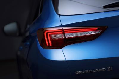 Sportlich: Schlanke LED-Rückleuchten und die nach innen gewölbte Heckklappen-Oberfläche unterstreichen das dynamische Erscheinungsbild des neuen Opel Grandland X