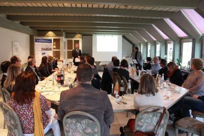 Erster Kreisbeigeordneter Dr. Jens Mischak (li.) und Harald Finke (re.) von der Vogelsberg Consult GmbH begrüßten Firmenvertreter zu den Vorträgen