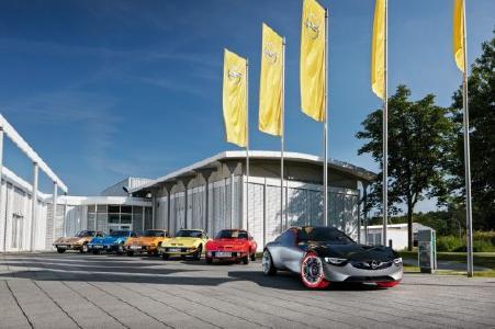 GT-Parade: Mit fünf legendären Opel GT bereichert die Marke mit dem Blitz die Klassik Tour Kronberg. Dazu ist zur Freude des Publikums auch der zukunftsweisende GT Concept zu sehen