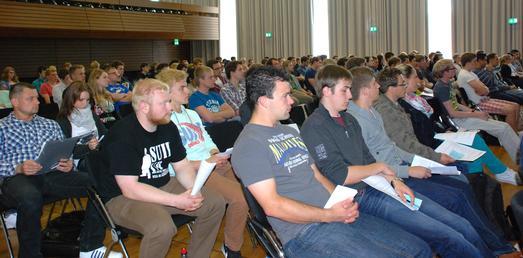 Volle Aula in den Semesterferien:  Rund 200 Bewerber kamen am 11. Juli in die Hochschule Osnabrück, um sich vor Ort über technische Studiengänge zu informieren