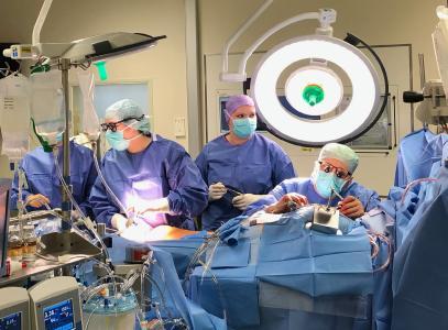 Der Herzchirurg und Forscher Dr. Philippe Grieshaber (ganz rechts) und sein OP-Team während einer aortokoronaren Bypass-Operation eines Patienten mit koronarer Herzerkrankung / Bildnachweis: Dr. Philippe Grieshaber/UKGM