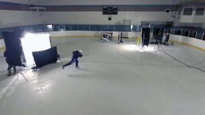 Der Kanadische Eishockey Profispieler Shea Weber versucht mit dem historischen Schläger einen harten Schuss / Shea Weber / Foto: Mark Caswell, Copyright: Berlin Producers Media GmbH / Pre TV
