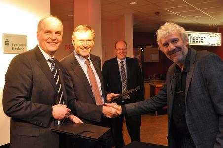 Prof. Dr. Frank Blümel, Ludwig Momann, Hans Determann und Prof. Dr. Bernd Ruping (v.l.) freuen sich über die Fördervereinbarung zu Gunsten des Lingener Burgtheaters