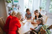 Julia und Nina Meise (34), Junge Frau: nestwärme ZeitSchenkerin Melissa Schulz, Mädchen: Léa H. (6 Jahre), Eltern Steffen und Antje H. Foto: Esther Jansen Fotographie