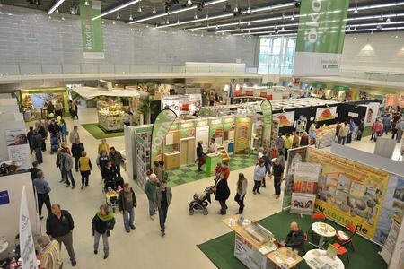 """Schauplatz der ostbayerischen Nachhaltigkeitsmesse """"ökovitaplus 2015"""" vom 16. bis 19. April: das Straubinger Messezentrum mit Joseph-von-Fraunhofer-Halle, Messehalle und Freigelände (Foto: Fotowerbung Bernhard)"""