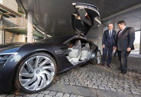 Inspektion: Bundesminister für Wirtschaft und Energie Sigmar Gabriel (rechts) nahm gemeinsam mit Opel-Chef Dr. Karl-Thomas Neumann (links) den zukunftsweisenden Opel Monza Concept genau unter die Lupe