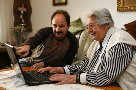 """Die Initiative """"Regensburgs nette Nachbarn"""" bietet ehrenamtliche Hilfe für Senioren. Foto: obx-news/Stadt Regensburg"""