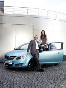 Die neue Opel-Markenbotschafterin Lena Meyer-Landrut und Alain Visser, Opel Vice President Sales, Marketing & Aftersales am Opel Corsa Color Edition