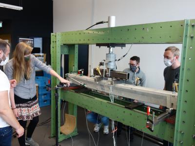 Praxisnahe Lehre unter Corona-Bedingungen: Studierende des Master-Studiengangs Bauingenieurwesen testen Rinderspaltenböden