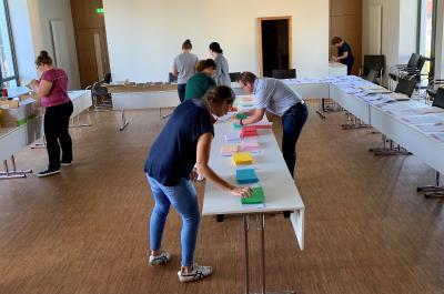 Mitarbeiterinnen und Mitarbeiter des Jugendbildungswerks des Vogelsbergkreises sortieren die Wahlunterlagen, die anschließend an die Schulen im Vogelsbergkreis geschickt werden (Foto: Jennifer Sippel / Vogelsbergkreis)
