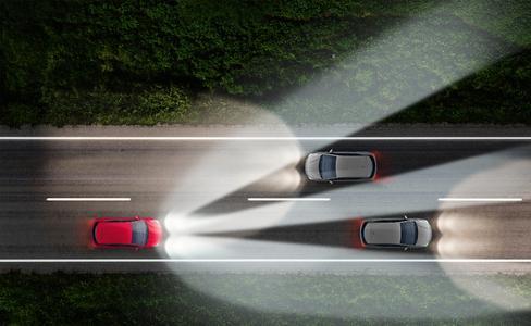 Immer mit Fernlicht: Das IntelliLux LED®-Matrix-Licht von Opel ist adaptiv, es erkennt vorausfahrende und entgegenkommende Autos und blendet diese aus