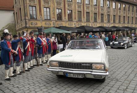 Tolle Kulisse: Boris Pieritz, Chefredakteur Auto Bild Digital und David Hamprecht, Leiter Produkt- und Markenkommunikation bei Opel, bei der Durchfahrtskontrolle auf dem Marktplatz in Memmingen im Opel Admiral V8