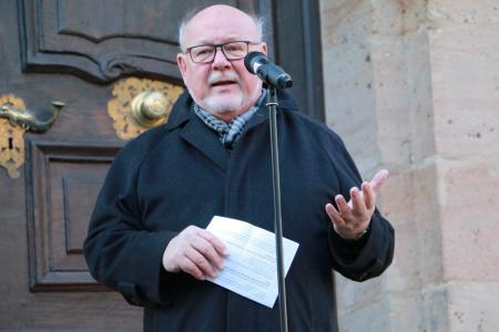 Michael Duschka sprach für die Stadt Lauterbach; er erinnerte an das Grundgesetzt und die Unantastbarkeit der Würde. Foto: Gaby Richter