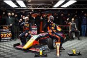 Die Formel-4-Piloten Jak Crawford (l.) und Jonny Edgar (m.) machten in der Nachwuchsserie den Titel unter sich aus