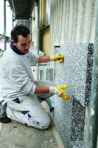 Energieeinsparung durch Fassadendämmung: Die Dalmatinerplatte lässt sich auch bei hohen Temperaturen sicher und rationell verarbeiten. Ihre thermische Unempfindlichkeit sorgt für hohe Formstabilität