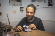 Schmuckdesigner Mario Albrecht stellt einzigartigen Schmuck aus gebrauchten Plastiktüten her