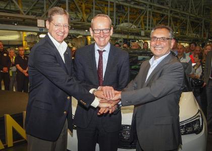 Starkes Trio: Phil Kienle, Vice President Global Manufacturing, Opel CEO Dr. Karl-Thomas Neumann und Antonio Cobo, Werksleiter Saragossa und Geschäftsführer von Opel in Spanien starten die Produktion des Crossland X