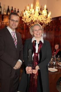 Nicole Retter, bei der Übergabe des Preises durch Frank Schulz, Deutsches Weininstitut