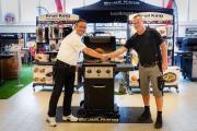 Bertram Krainz (links) gratuliert Oliver Stern zum Gewinn des Luxus-Grills.