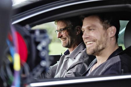 Wo's langgeht, entscheide immer noch ich: Opel-Markenbotschafter Jürgen Klopp und Schauspieler Ken Duken demonstrieren im Opel Insignia die Vorzüge des adaptiven Geschwindigkeitsreglers mit automatischem Bremseingriff © GM Company
