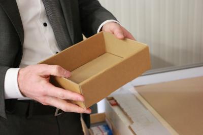Dr. Mischak hält die fertige Schachtel in den Händen, Foto: Gaby Richter