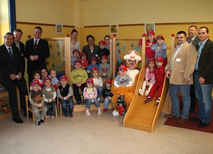 Flughafen Wien AG: Osterhase und Gefolge auf Besuch in Kindergärten