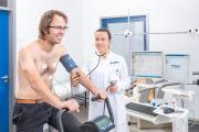 Bewegung für das Herz: Studienärztin Dr. med. Theresa Betz und ein Cardiomyopathie-Patient während eines Trainings am Institut für Cardiomyopathien Heidelberg (ICH.). (Foto: Universitätsklinikum Heidelberg)